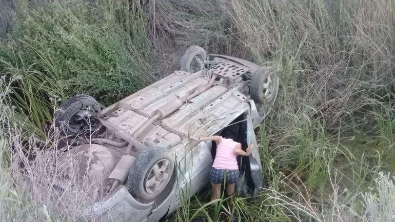 Perdió el control de su auto, cayó a un canal y casi muere ahogado