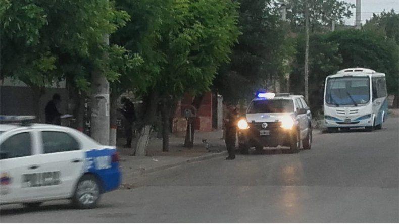 Balearon a un joven en una parada de colectivo de Neuquén para robarle
