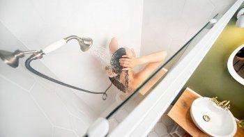 La filmaron en la ducha y reclama 100 palos verdes