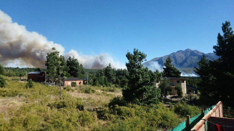 Combaten un incendio que cruzó la Ruta 40 en Epuyén