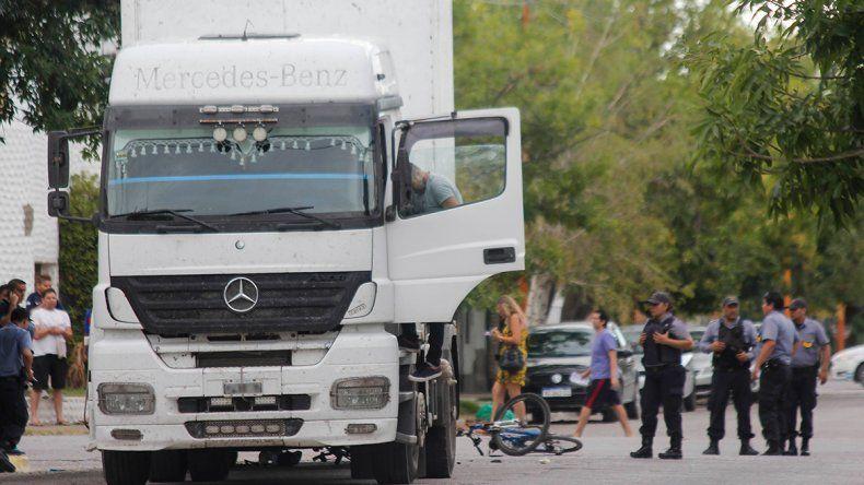 Un camión arrolló a dos mujeres policías: ambas tienen heridas graves