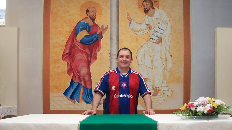 A llorar a la iglesia: el popular Padre Pancho consuela a los cuervos de la región