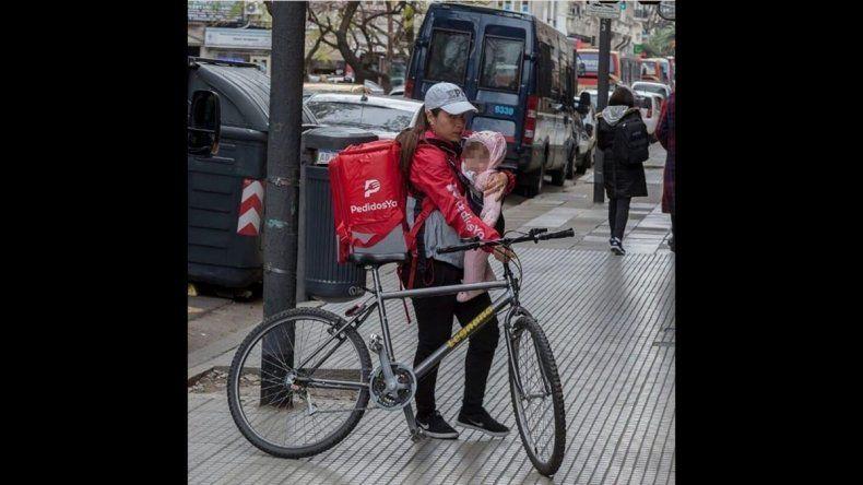 La historia detrás de la foto viral sobre la madre repartidora de PedidosYa
