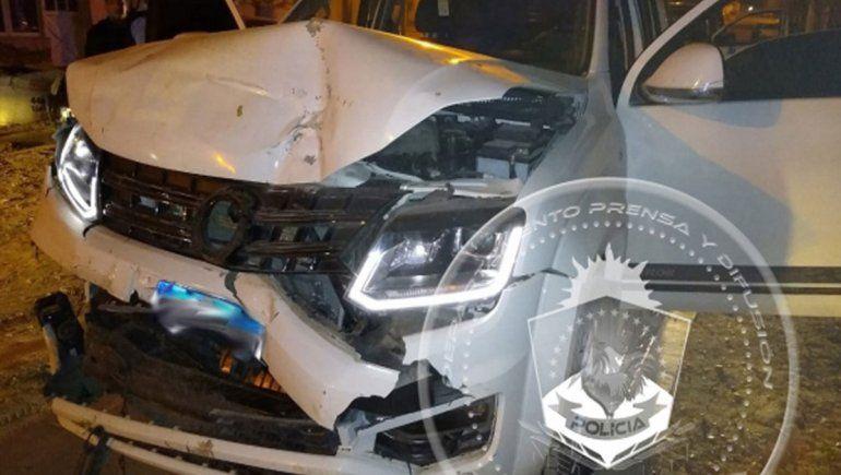 Le robaron la camioneta al padre, chocaron a un policía y destrozaron varios vehículos estacionados