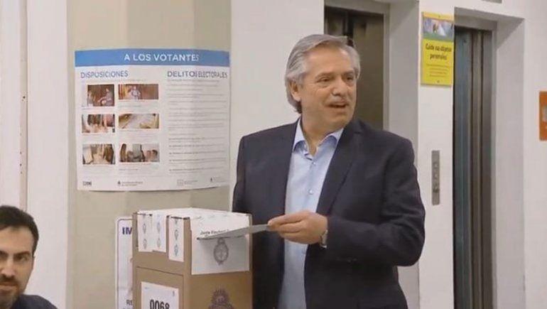 El show de Alberto Fernández: pétalos de rosas y hasta un papa Francisco
