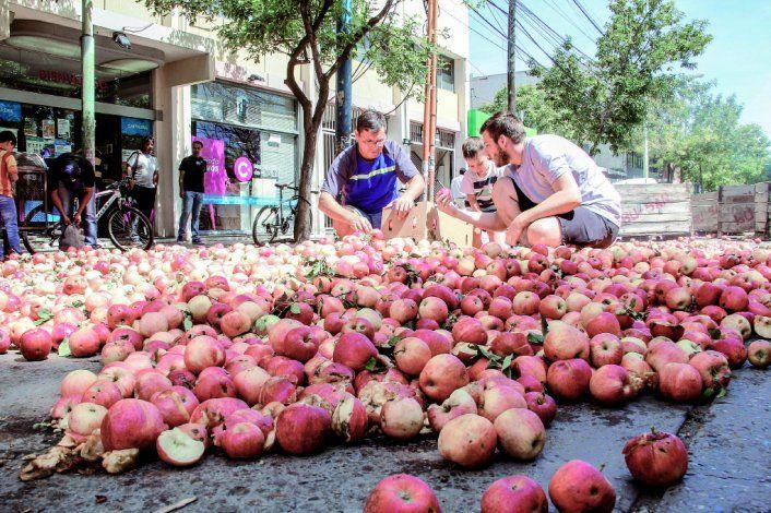 Los chacareros ya han tirado o regalado fruta por la crisis. Ahora se quiere destinar para mitigar el hambre.