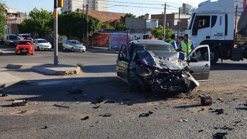 Un joven borracho cruzó el semáforo en rojo y chocó a una camioneta en Ruta 22