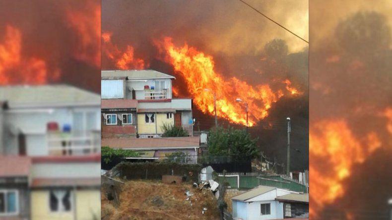 El terrible incendio forestal que ya arrasó con 100 hectáreas y 120 casas en Valparaíso
