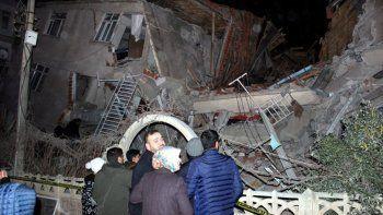 Al menos 18 muertos por un potente sismo en Turquía