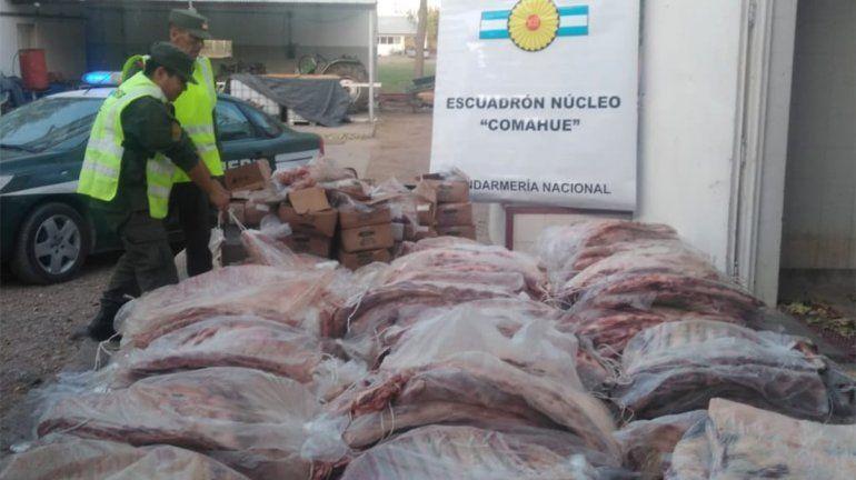 Traía más de tres toneladas de costillares de contrabando en un camión con harina