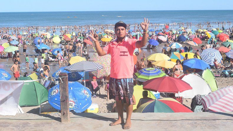 Martín, el trotamundo que vende donas en Las Grutas