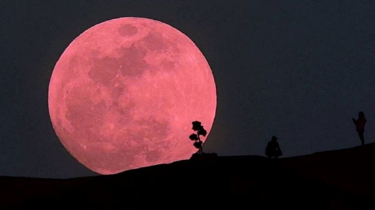 Esta noche podrá verse una súper luna rosada que será la única del año