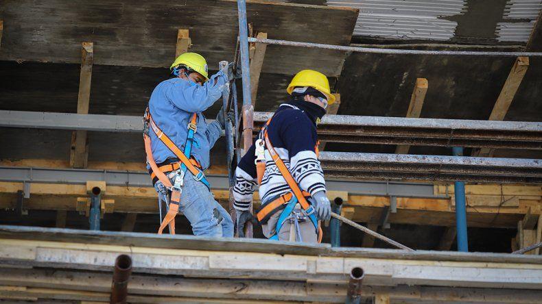 Piden permitir trabajar a más de 5 albañiles por obra