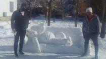 zapala: con un simpsons de nieve sorprendieron a sus vecinos