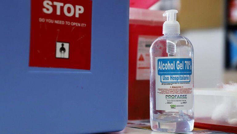 Por obligación, bancos les darán alcohol en gel a clientes