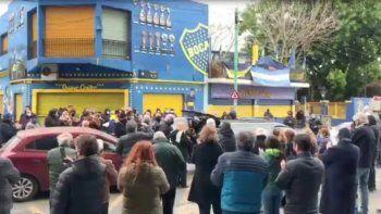 Velorio en La Boca: violan la cuarentena para despedir a un directivo