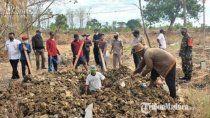 los mandan a cavar tumbas por no usar el barbijo en indonesia