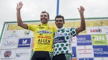 Mauricio Müller (de amarillo) celebra el título de la 72º edición de la Vuelta al Valle.