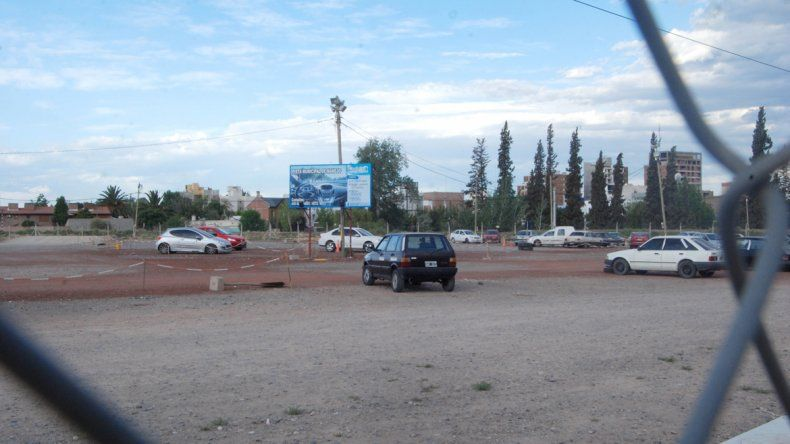 Cisterna y tres cómplices desarmaron varios autos secuestrados por el Municipio en la pista de manejo.