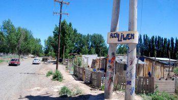 El asentamiento Awka Liwen está ubicado en Lisandro de la Torre, pocos metros al sur de Ruta 22.