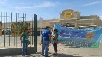 En Roca dirigentes y afiliados a la CTA Río Negro comenzaron con las protestas en las puertas de algunas cadenas de supermercados.