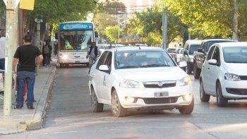El chofer no quiso llevarlo y, enojado por la reacción de la víctima, lo obligó a bajar del auto junto con sus amigos.