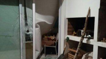 Los delincuentes utilizaron un tronco de álamo para vencer la resistencia del ventanal de vidrio hermético.