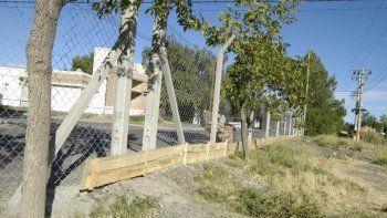 El polémico cerco antichorros instalado en el barrio El Manzanar no fue suficiente para impedir los robos.
