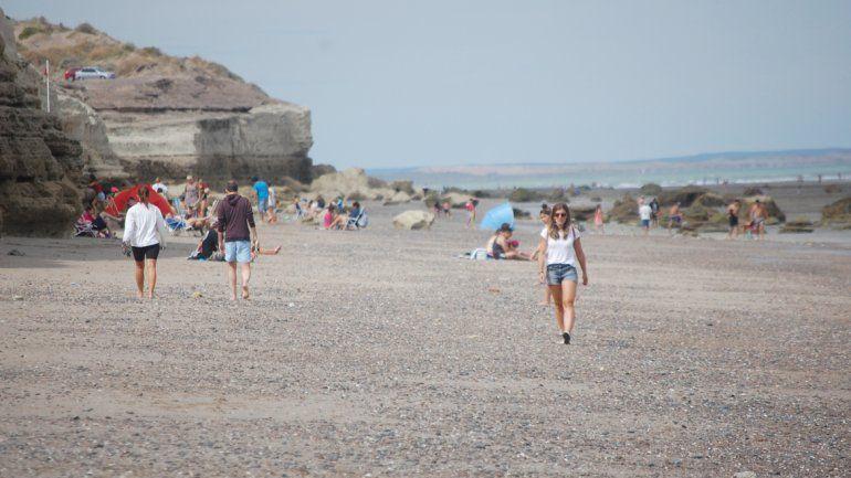 Las caminatas por las playas más tranquilas de Las Grutas son una costumbre.
