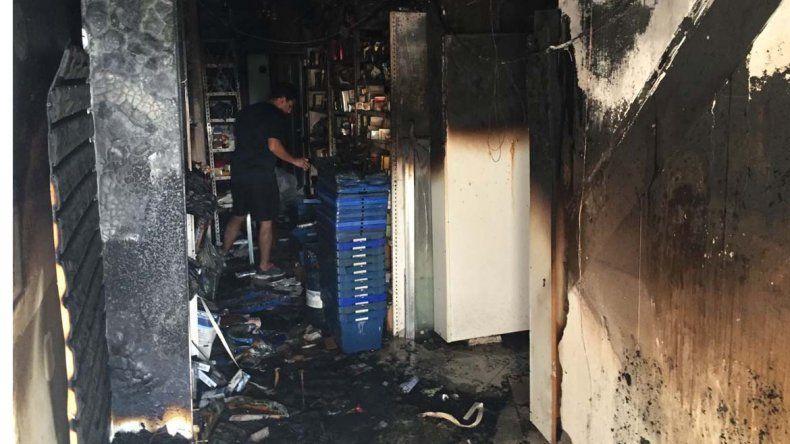 Las llamas afectaron el sector del depósito y parte del área comercial.