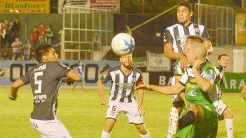 Seguel en la marca de uno de los delanteros de Villa Mitre ante la presencia de Mellado y Lamolla.