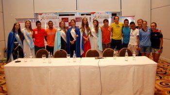 Los atletas de elite, junto a las reinas y princesas, en la presentación de la prueba de 10 kilómetros.