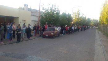 La fila de personas cubrió la calle Candelaria hasta Mariano Moreno.