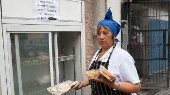 Sandra Araneda es la repostera del restaurante y la encargada de abastecer la heladera.
