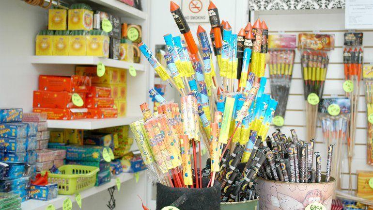 Los comerciantes podrán continuar vendiendo pirotecnia si cumplen los requisitos impuestos por la Municipalidad.