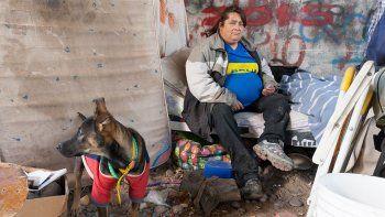 Gloria y su perra Camila comenzaron a vivir abajo del puente que une Cipolletti y Neuquén hace dos semanas.