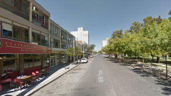 Jóvenes borrachos rompieron un local comercial y un auto