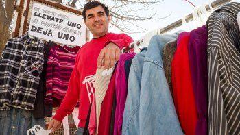 El local Pequeños Sueños, en La Esmeralda y Falucho, recibe ropa y la dona en un perchero callejero