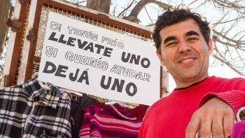 Si tenés frío, llevate uno, dice el letrero que Gustavo colgó en su local.