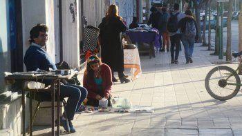 Los puestos callejeros están en la mira por la venta de ropa, pero a la CIC también le preocupan los showrooms.