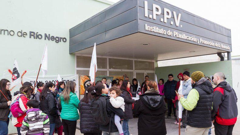 Docentes marcharon al IPPV para reclamar sus viviendas