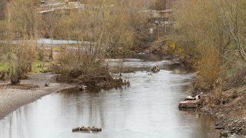 la aic alerto sobre las descargas directas al rio en centenario