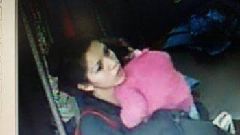 El video de una joven tomando ropa de un local con una nena a upa se viralizó y le dio forma al face de mecheros.