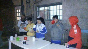 Los jugadores del León y las madres colaboradoras para ofrecerles una merienda después de las prácticas.