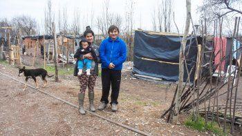 La familia Báez vive actualmente en una precaria casilla construida con nylon en la toma de Ferri, al norte cipoleño.
