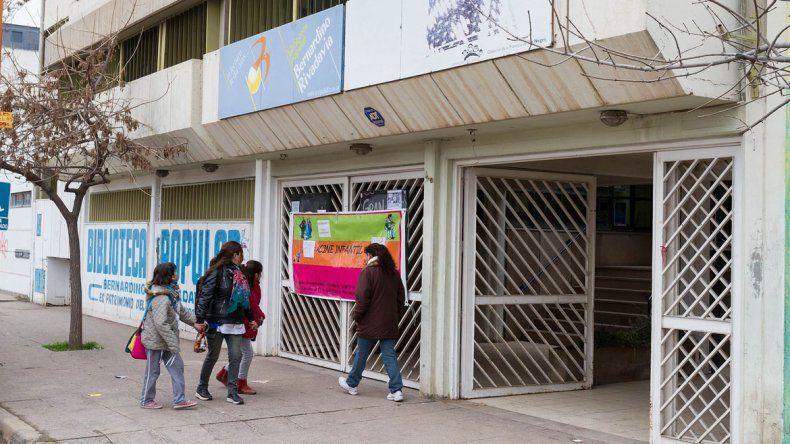 Impagable: llegó una factura de luz de $13 mil en la biblioteca Rivadavia