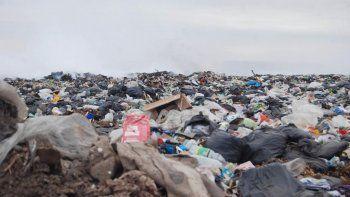 En el vertedero público hay capas de residuos de 5 metros de altura.