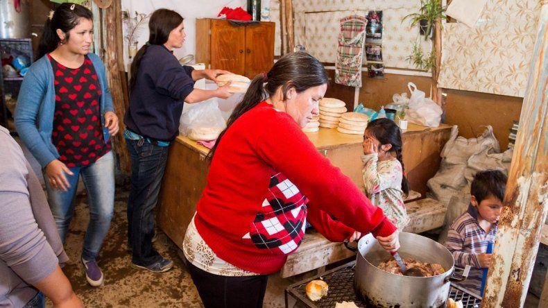 En las tomas de la zona norte los comedores comunitarios ya son habituales y cada vez reciben más vecinos.