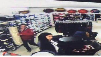 Tres mecheras fueron escrachadas robando con un tubo de cartón forrado en aluminio