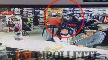 En el local confirmaron el robo por las cámaras de seguridad.